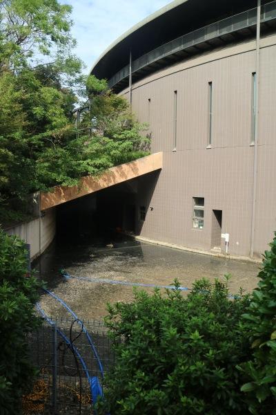 ポンプで排水中の地下施設