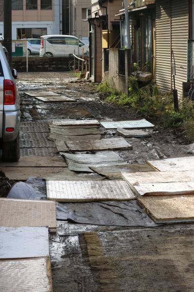 泥に覆われた路地への応急措置
