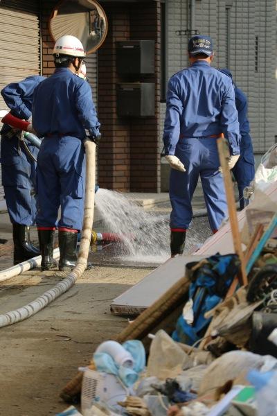 消防団による泥の除去作業