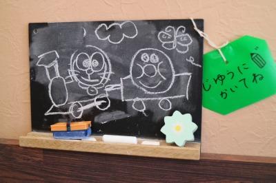 お子さんのお絵かき黒板