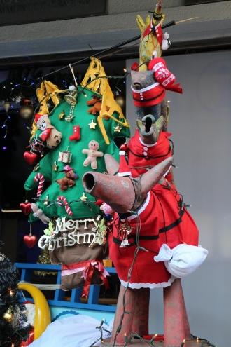 ブレーメン通り商店街の音楽隊像とクリスマスツリー