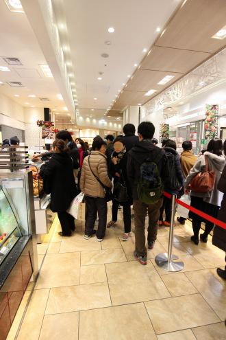 「武蔵小杉東急スクエア・フードショースライス」の行列