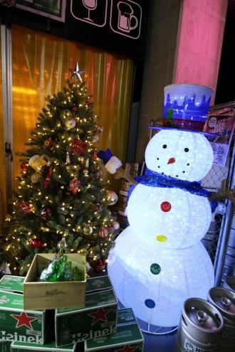 「NATURA MARKET」のクリスマスツリーと、雪だるま