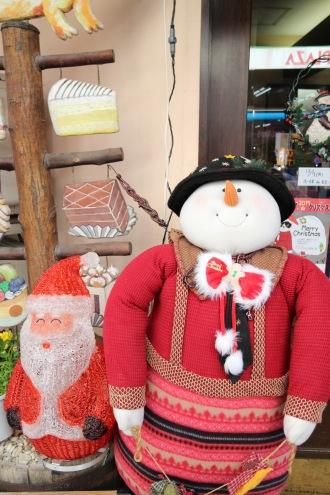 「西洋菓子フェリシア」のクリスマスツリーと、雪だるま
