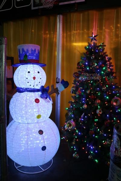 ナチュラマーケットのクリスマスツリーと雪だるま