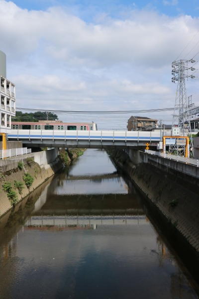矢上川橋梁を渡る東横線