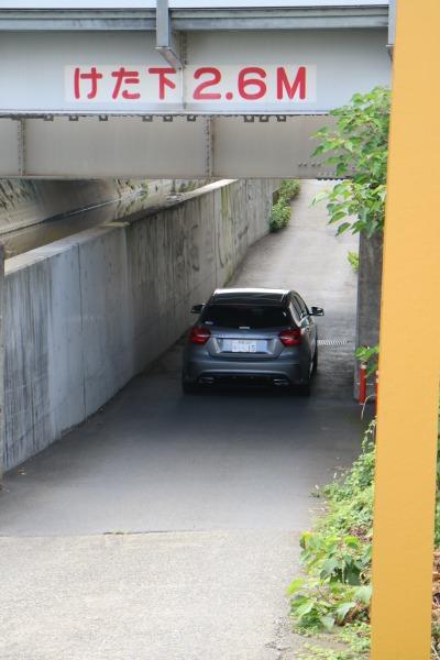 どんぶり坂を通る車