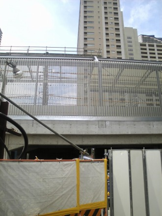 NEC玉川事業場から見た防音壁