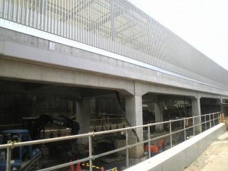 NEC玉川事業場から見た防音壁と高架下