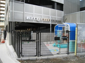 ゲート周囲のフェンス