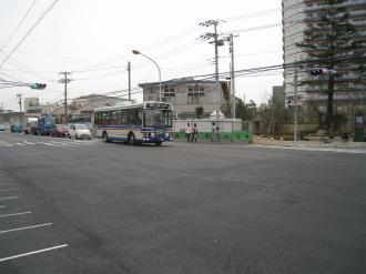 綱島街道から右折する臨港バス