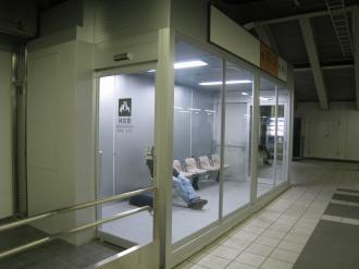 南武線ホームの待合室