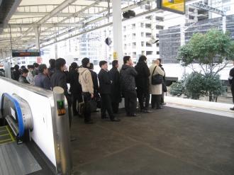 平日ラッシュ時の横須賀線武蔵小杉駅ホーム