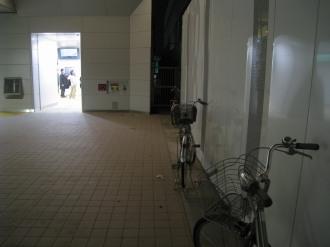 新南改札前の違法駐輪1