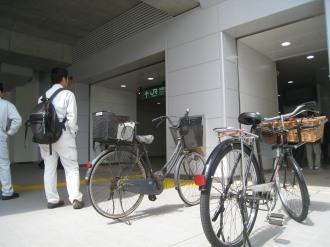 新南改札前の違法駐輪2