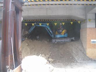 掘削中のホーム下