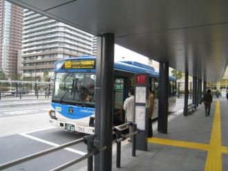 横須賀線武蔵小杉駅ロータリーから発車する西加瀬循環線