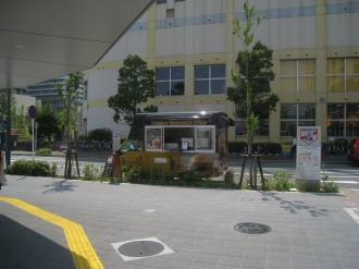 横須賀線武蔵小杉駅ロータリーの移動販売車