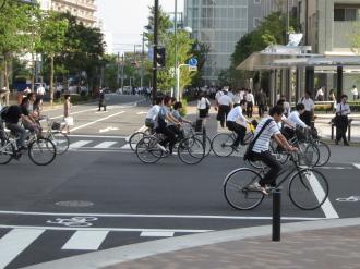 新駅ロータリーを通行する自転車
