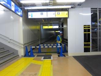 横須賀線ホーム下の正規連絡通路