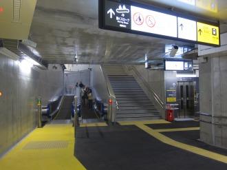 南武線ホームへ向かう動くスロープ・階段・エレベーター