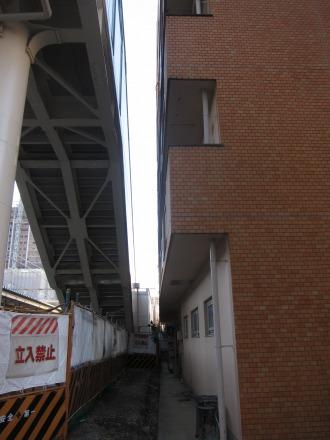「森山ビル」と連絡通路の跨線橋