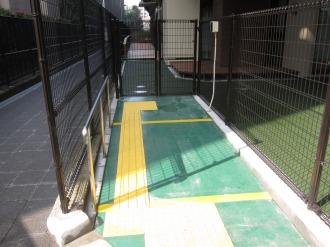 入口のスロープと点字ブロック