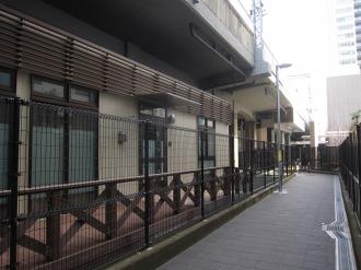 側道から見た保育園の建物