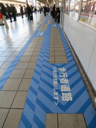 その後の南武線武蔵小杉駅ホームの「よんれつ乗車」